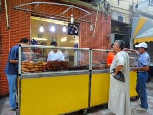 Des hommes achètent des Zlebia (pâtisserie) avant la rupture du jeûne à Sétif/©Mélissa Rahmouni
