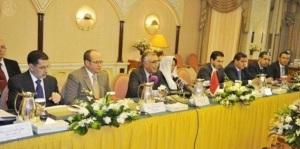 Image significative : A chacune des extrémités de la table, les ministres élus. Au centre, les conseillers du roi.