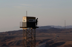 An Egyptian soldier stands guard on a watch tower on the border between Israel and Egypt (Source: Reuters/  Ronen Zvulun)